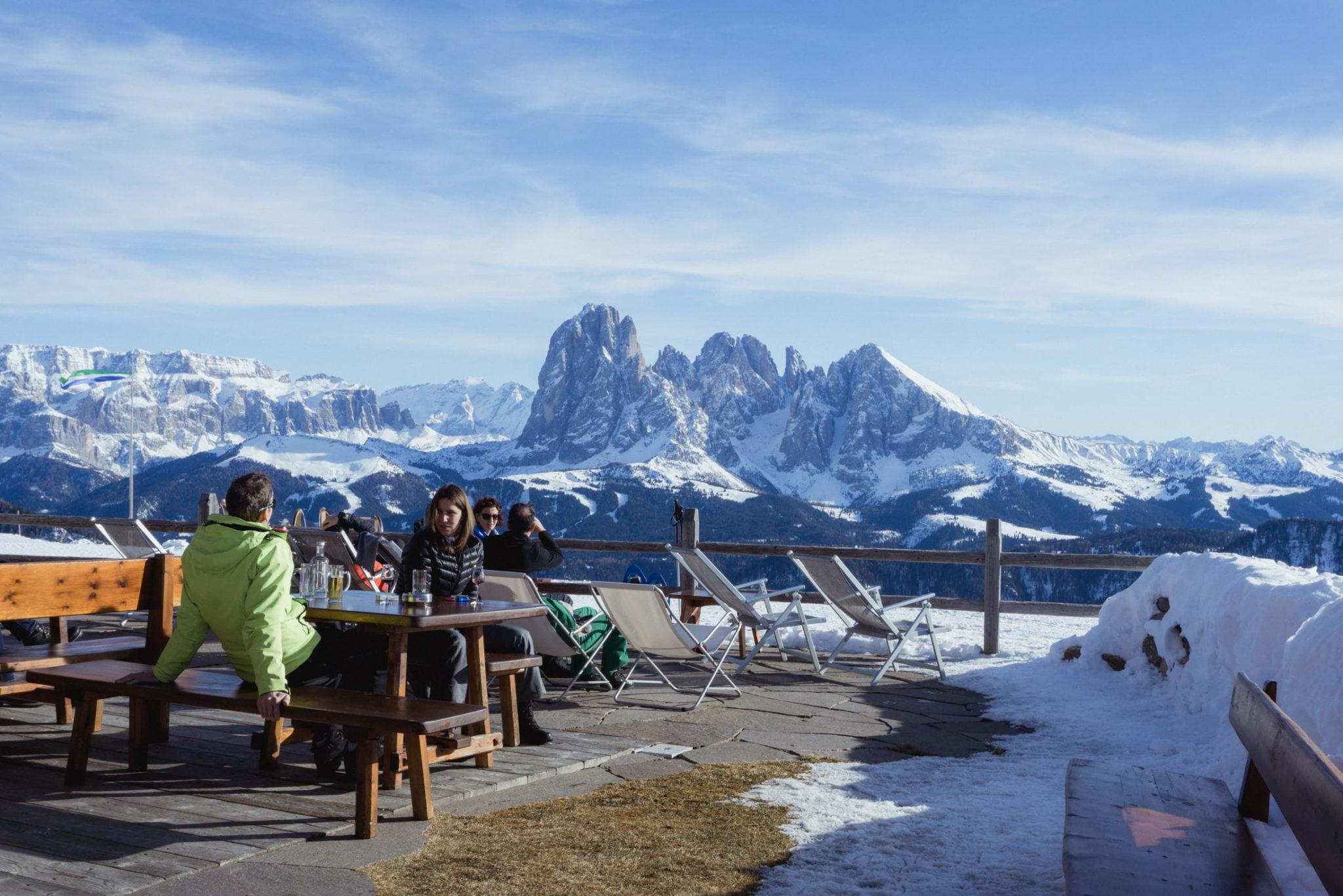 La terrazza panoramica del Rifugio Resciesa - Foto © Dolomiti Review