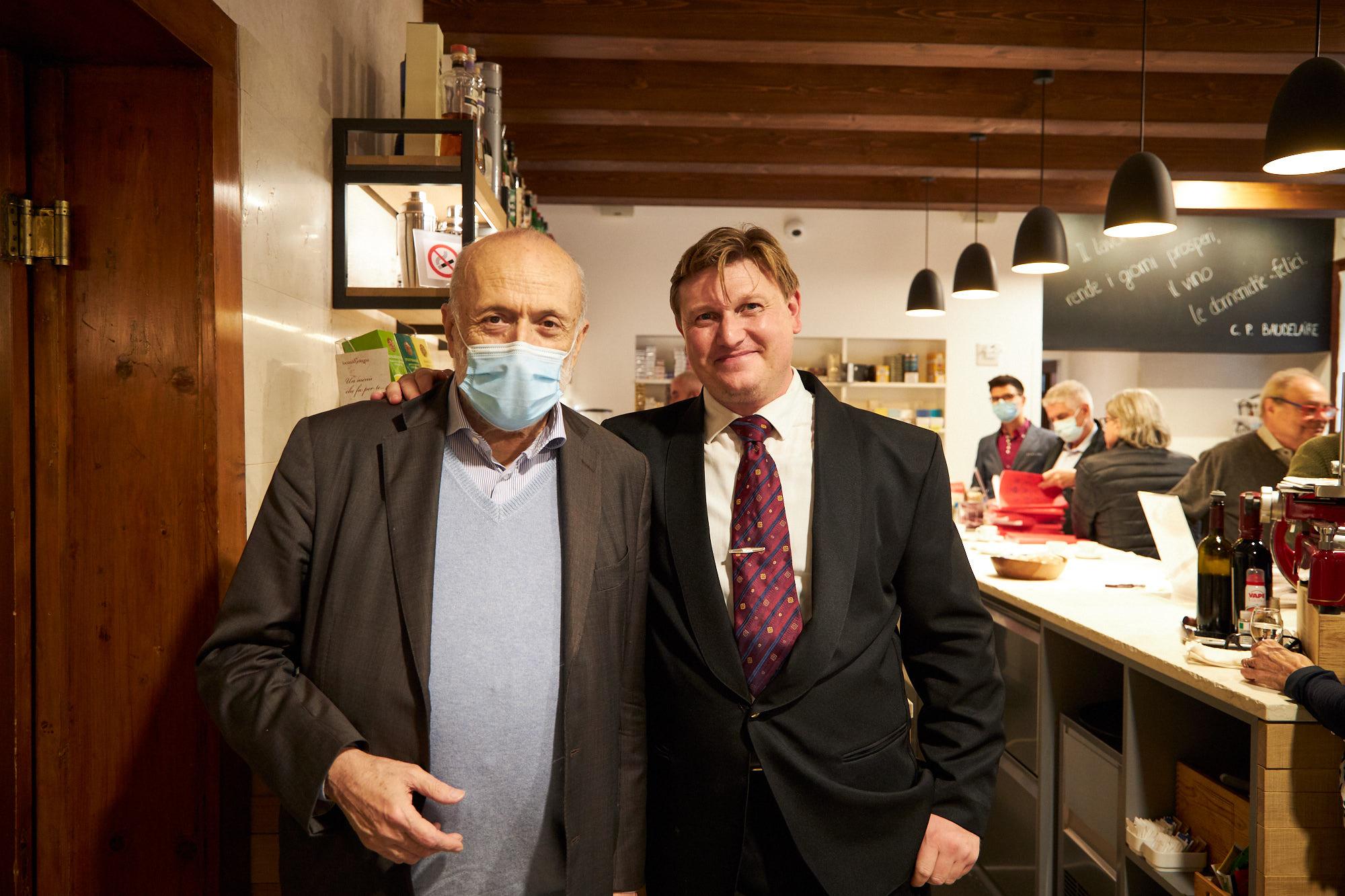 Carlo Petrini con Andrea Riboni, titolare di Locanda Solagna