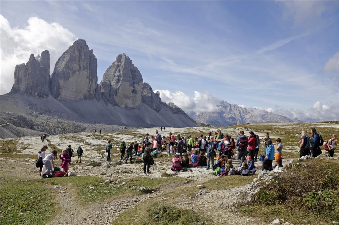 Regolamentare gli accessi per offrire un'esperienza di visita autentica nelle aree del patrimonio mondiale UNESCO da parte dei visitatori. Qui l'hotspot delle Tre Cime. (Foto: ASP/Parchi naturali/Josef Hackhofer)